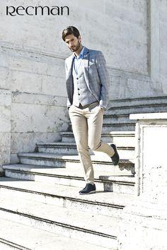Daroca to jeden z ulubionych modeli naszych Klientów. Spodnie te cechuje regularny krój i lekko zawężana nogawka. Skład tkaniny to bawełna z niewielką domieszką elastanu. Daje to wyjątkowy komfort podczas noszenia, spodnie dopasowują się sylwetki. Polecane dla osób ceniących sobie klasyczną elegancję. Daroca to baza wielu letnich stylizacji.