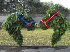 horse wreath for barn fence - old leather halters, please. ;-) - Instructions for DIY at http://www.hawk-hill.com/?p=184