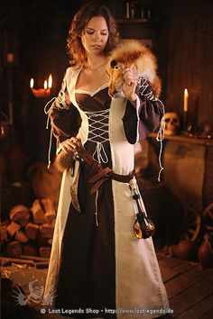 Ein Beispiel besonders zauberhafter Mittelalter-Kleidung ist dieses wunderschöne Mittelalterkleid aus weichem Baumwoll-Leinen Gemisch mit Schnürungen vorne und an den Oberarmen, die dem Kleid eine wunderschöne Form verleihen. Einheitsgrösse für Damengrössen von 36 bis 42. <br><br> Waschhinweis: Nur Reinigung / Dry cleaning. Das Kleid darf ausschliesslich in die Trockenreinigung gegeben werden, bei der Nasswäsche können sich die Stoffe verfärben! Wir haften nicht für die unsachgemäße Pflege…