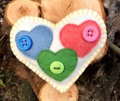 Gombold újra! 💙❤️💚 Felted Wool, Wool Felt, Hobbies And Crafts, Crafts For Kids, Sewing Crafts, Sewing Projects, Felt Ornaments, Dom, Love Heart