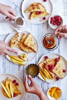 KOKOSNUSS-FRENCH-TOAST UND FRÜCHTE Für ein ausgedehntes Frühstück hat man meist nur am Sonntag Zeit. Geniessen Sie es bei schönem Wetter im Garten oder auf dem Balkon, und versuchen Sie ein neues Gericht. Diese French Toasts mit Kokosnuss, serviert mit vielen frischen Früchten, sind perfekt dafür. (Bild über: Sips and Spoonfuls) Zutaten: Toastbrot oder Zopf vom Vortag, in Scheiben geschnitten 4 Eier, verquirlt 1,5 Deziliter Kokosnussmilch 0,5 Deziliter Rahm 1 Päckli Vanillezucker 100 Gramm…