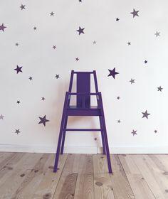 Adhesivos de estrellas de diferentes tamaños y colores. Ideales para dar un toque alegre a una habitación.  Se pueden aplicar a todas las superficies lisas: paredes, muebles, cristales, espejos... y ¡muy fácil de quitar!