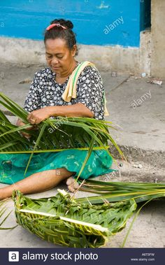 a tuvaluan lady weaves plates out of coconut palm leaves for a funeral feast on funafuti island Stock Photo