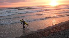 Surfer in the sunset at the beach in California - Surf camp - KILROY #travels #USA #surfing