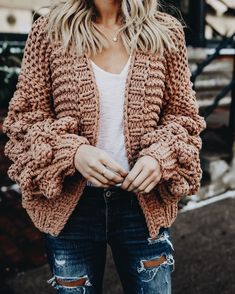 Love this oversized textured sweater with a white T-shirt and used-look jeans. Love this oversized textured sweater with a white T-shirt and used-look jeans. Stylish Outfits, Fall Outfits, Fashion Outfits, Jeans Fashion, Cardigan Fashion, Party Outfits, Fashion Clothes, Womens Fashion, Mode Cool