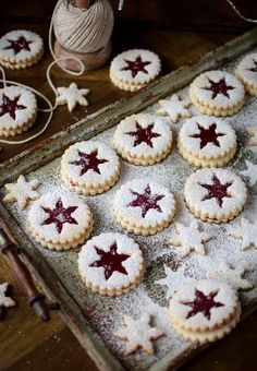 Cookie Recipes 542120873887176110 - Strawberry Jam Linser Cookies Source by Claramaile Xmas Food, Christmas Sweets, Christmas Cooking, Noel Christmas, Christmas Goodies, Christmas Cookie Boxes, Christmas Candy, Christmas Cupcakes, Christmas Squares