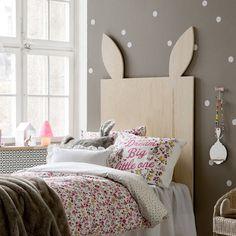 Une tête de lit en forme de lapin