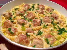 Serowy garnek z klopsikami Bardzo szybkie i mega pyszne danie, które wykonamy w jednym garnku. Soczyste klopsiki z mięsa mielonego duszone z makaronem i utopione w sosie serowym to danie, którym z pewnością nasyci się cała rodzina. Polecam!  Składniki: 30 dkg wieprzowego mięsa mielonego 1 cebula 1 łyżeczka ostrej musztardy 1 łyżka bułki tartej … Pork Recipes, Chicken Recipes, Cooking Recipes, Healthy Recipes, B Food, Good Food, Yummy Food, My Favorite Food, Favorite Recipes
