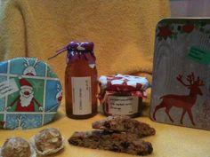 - Walsnuss-Anis-Biscotti  - Apfel-Mandel-Kugeln  - Chai-Sirup  - Schoko-Gewürzkuchen im Glas  - Winterkompott Biscotti, Gift Wrapping, Jelly, Apple, Corning Glass, Gift Wrapping Paper, Wrapping Gifts, Gift Packaging, Cookie Recipes