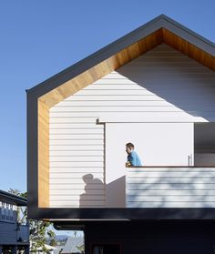 Designed by kahrtel, the Nundah House appears unassuming from the street with its simple, minimalistic forms and contrasting exterior colors.