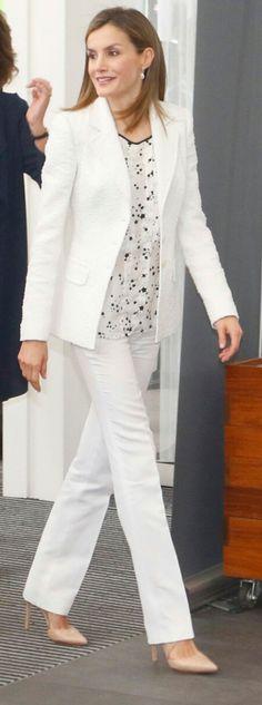 Queen Letizia of Spain attends the AECC event held at the Forum in Barcelona Urban Chic Fashion, 50 Fashion, Office Fashion, Royal Fashion, Girl Fashion, Fashion Looks, Womens Fashion, Princess Letizia, Queen Letizia