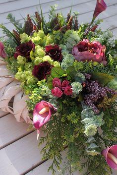Znalezione obrazy dla zapytania kompozycje kwiatowe na cmentarz galeria Succulents, Floral Wreath, Wreaths, Plants, Home Decor, Floral Crown, Decoration Home, Door Wreaths, Room Decor