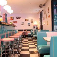 Retro vintage diner wall cute in 2019 vintage diner, diner decor, diner aes Retro Vintage, Vintage Kitchen, Kitchen Retro, Diner Kitchen, Kitchen Ideas, Vintage Black, Vintage Room, Vintage Heart, Kitchen Living