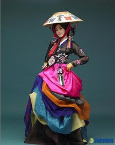 Traditional Korean dresses have made a turn of the century The sophisticated elite wear of Korea's past has clasped hands with modern design A Hanbok inspired Dress… A Dress inspired Ha… Korean Traditional Dress, Traditional Fashion, Traditional Dresses, Oriental Fashion, Ethnic Fashion, Asian Fashion, Korean Dress, Korean Outfits, Modern Hanbok