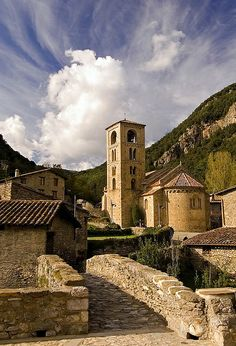 Beget is a small village located in the town of Camprodon Valley, but nailed the EIN of the High Garrotxa. He presides over the entrance of the magnificent church of St. Christopher Beget the twelfth century to guard jealously the Majesty of Beget, a Romanesque statue of Christ Majesty wearing the robe and unique in the style in #Catalonia, also in the twelfth century.