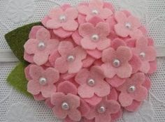 Felt flowers, so cute! Cloth Flowers, Felt Flowers, Diy Flowers, Fabric Flowers, Paper Flowers, Felt Diy, Felt Crafts, Diy And Crafts, Arts And Crafts