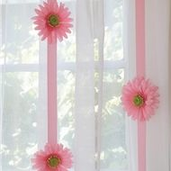Put this daisy garland on green curtins to give it the fairy look.