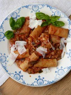 Rigatoni mit Tomaten-Auberginen-Sauce und Mozzarella via herzdamengeschichten