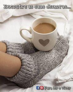 Tem dias que quero ter as minhas demoras, não pensar nas horas, apenas abraçar lembranças, saudades e esperanças. Deixar os pensamentos entre as poesias, um café bem quente um doce pra acompanhar e na cumplicidade do meu momento nessas minhas demoras sonhar e sonhar... ___ Para ler e viver ♥