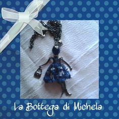 Collana lunga nera con dolls simil le carose con abito blu