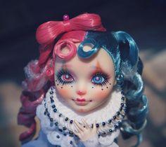 #mh #monsterhigh #monsterhighdolls #doll #dollrepaint #repaint #repaintdoll #makeupdoll #makeupdolls #artdoll #dollphotography #ooak… Clown Makeup, Halloween Face Makeup, Doll Painting, Doll Eyes, Doll Repaint, Monster High Dolls, Ooak Dolls, Cute Dolls, Create