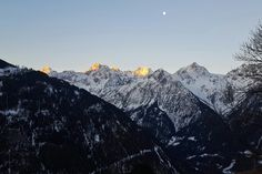 Magnifique levée de soleil allié à un coucher de lune sur le massif du mont blanc, face à notre hôtel