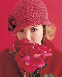 Flowered Cloche - free crochet hat pattern using Lion Brand Homespun yarn Crochet Adult Hat, Crochet Beanie, Knit Or Crochet, Crochet Scarves, Crochet Crafts, Crochet Clothes, Free Crochet, Crochet Projects, Knitted Hats