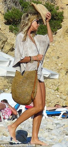 Hats off to The Body: Elle cut an incredible figure with long tanned legs Fall Fashion Trends, Women's Summer Fashion, Elle Macpherson, Am Meer, Beach Look, Womens Clothing Stores, Summer Looks, Mannequin, Casual Chic
