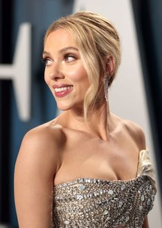 Scarlett Johansson attends the Vanity Fair Oscar Party on February 2020 Scarlett And Jo, Black Widow Scarlett, Black Widow Natasha, Scarlett Johansson Legs, Star Wars, Marvel Girls, Vanity Fair Oscar Party, Hollywood, Natasha Romanoff