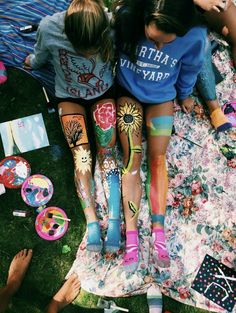 Pin by 🅜 🅘 🅡 🅘 🅐 🅜 ⋆ on ↠ b e s t f r i e n d s leg art, bff Cute Friend Pictures, Best Friend Pictures, Bff Pics, Shooting Photo Amis, Fun Sleepover Ideas, Sleepover Fort, Leg Painting, Summer Painting, Body Painting Girls