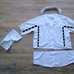 Up-cycling daddy's old shirt in to a doctor's coat for dressing up – The Bear & The Fox Doctor White Coat, Doctor Coat, Diy Doctor, Doctor For Kids, Cut Up Shirts, Tie Dye Shirts, Old Shirts, Vet Costume, Dentist Costume