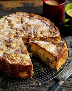 Chunky apple, raisin, walnut and cider cake. This cake recipe is full of spiced flavors and surprising textures, perfect for an autumn afternoon.