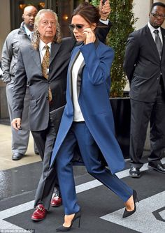 Victoria dodged the rain as she left her New York hotel earlier in the day, in her chic blue look Business Dress Code, Business Outfits, Business Fashion, David Y Victoria Beckham, Victoria Beckham Style, Black Girl Fashion, White Fashion, Womens Fashion, Spice Girls