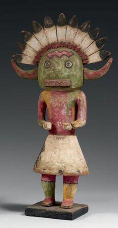 KACHINA HOTOTO, HOPI, Arizona, USA Circa 1910-1920 Cottonwood, pigments naturels, cordelette de coton, clous, cuir. H: 40 cm Ce Kachina sculpté dans le vieux type des années 1880