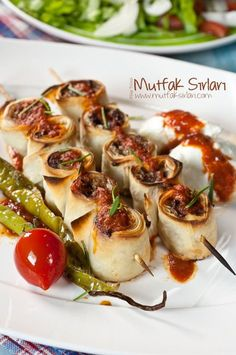 Yufkalı Köfte Not sure what this is yet.looks tasty. Pasta Recipes, Cooking Recipes, How To Make Dumplings, Turkish Kitchen, Breakfast Toast, Arabic Food, Turkish Recipes, Best Appetizers, C'est Bon