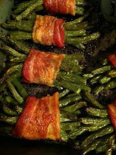 wrapped anything looks delicious on a KEEPER: Bacon-wrapped green beans. The brown sugar/garlic butter on top really did the trick. Well, and the bacon. Because, bacon. I Love Food, Good Food, Yummy Food, Side Dish Recipes, Vegetable Recipes, Bacon Wrapped Green Beans, Baked Green Beans, Great Recipes, Favorite Recipes