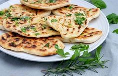Chlebové placky s čerstvými bylinkami Pancakes, Pizza, Bread, Breakfast, Ethnic Recipes, Food, Morning Coffee, Brot, Essen
