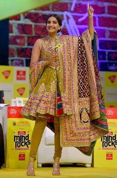 Shweta Bachchan Nanda, Amitabh Bachchan & Amrita Singh celebrate Diwali in Abu Jani Sandeep Khosla Couture (2)