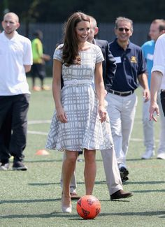 Kate Middleton showed off her sporty side at Bacon's College in East London, where she slipped on a breezy printed Hobbs dress, a white belt, and wedges to play ping pong and soccer before hitting the karate mat. Duchess Kate, Duke And Duchess, Duchess Of Cambridge, Hobbs Dresses, Kate Middleton Photos, Princess Kate, Royal Fashion, Sport, Gray Dress