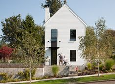 With the Todd Residence the concept was to capture the spirit of an unassuming urban farmhouse for a couple with a growing family it is located in Seatle WA and is the work of SkB Architects Builder: Dyna Contracting Photography credit: Lara Swimmer Modern Architecture House, Sustainable Architecture, Residential Architecture, Pavilion Architecture, Landscape Architecture, Urban Farmhouse, Modern Farmhouse Exterior, White Exterior Houses, Wall Exterior