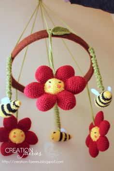 Movil with flowers and bees for babies.