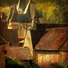 """""""Sur le revers d'une de ces collines, s'élevait, sous le règne de Louis XIII, une de ces gentilhommières si communes en Gascogne, et que les villageois décorent du nom de château.Le voyageur qui eût aperçu de loin le castel dessinant ses faîtages pointus sur le ciel, au-dessus des genêts et des bruyères, l'eût jugé une demeure convenable pour un hobereau de province"""". T.Gautier Le Capitaine Fracasse"""