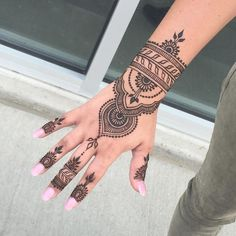 Henna tattoos While traditional mehndi is synonymous with Indian weddings, many modern Indian brides have started opting for contempo. Henna Tattoo Hand, Henna Tattoo Designs, Cute Henna Designs, Henna Tattoo Muster, Foot Henna, Bridal Henna Designs, Beautiful Henna Designs, Mehndi Designs For Hands, Henna Mehndi