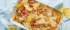 Het is heerlijk snacken van deze ovenschotel met nacho's, BBQ pulled chicken en groenten