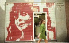 Sistema de paneles gráficos luminosos Fototrama, 1964. Diseño: MetaDesign (Fanny Fingermann, Eduardo Joselevich). Producción: Fototrama Cuadrados plásticos, montados a presión sobre grillas metálicas. Colección: Museo de Arte Moderno de Buenos Aires.