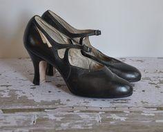 70 super Ideas for vintage shoes beautiful Belle Epoque, Vintage Outfits, Vintage Fashion, Vintage Clothing, Vintage Style, Vintage Sewing, 1920s Shoes, Vintage Heels, Vintage Boots