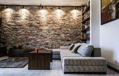 Naturalna cegła na ścianie w salonie