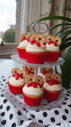 Outstanding holiday desserts recipes are available on our site. Baking Cupcakes, Cupcake Recipes, Baking Recipes, Cupcake Cakes, Dessert Recipes, Royal Cupcakes, Cupcakes Kids, Sundae Cupcakes, White Cupcakes