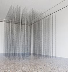 © Mona Hatoum, Impenetrable 2009. Acier vernis noir, fils barbelés Black finished steel, fishing wire 300 x 300 x 300 cm, édition de 3. Photo : A. Osio.