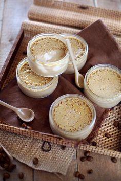 Après mes petites crèmes à la vanille, voici des petites crèmes au café. J'ai prisdu café instantané pour cette version plutôt qu'un espresso. J'avais peu